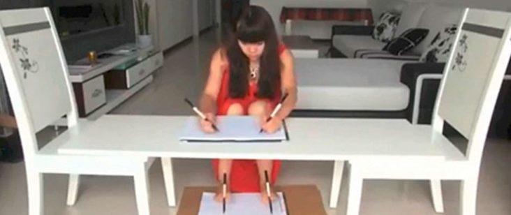 Donna scrive usando mani e piedi