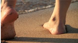 Gimnopodismo, camminare scalzi in spiaggia